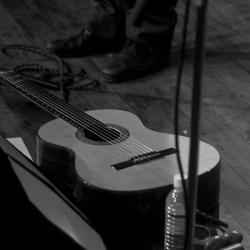 guitare-couchee-casa-de-teatro.jpg